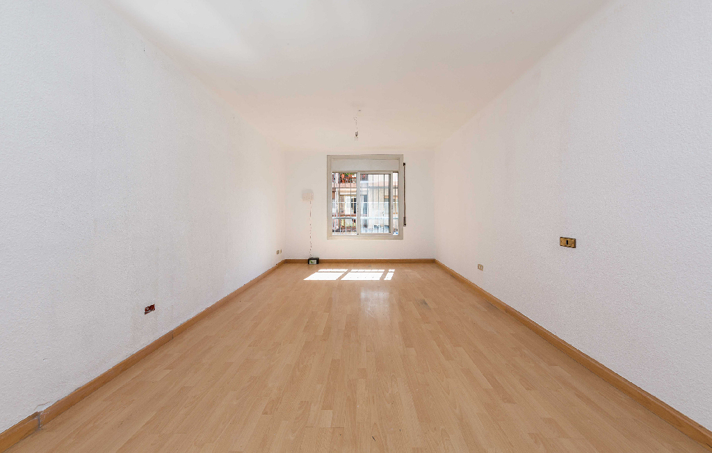 Piso en venta en Santa Coloma de Gramenet, Barcelona, Calle Bruc, 85.000 €, 2 habitaciones, 1 baño, 71 m2