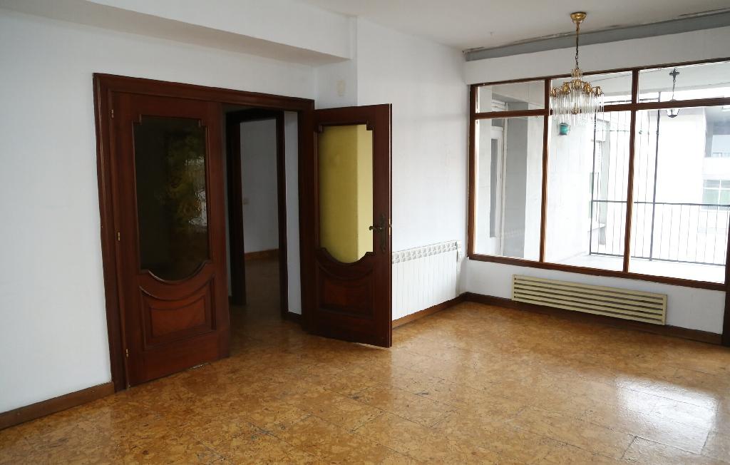 Piso en venta en La Corredoria Y Ventanielles, Oviedo, Asturias, Calle Primo de Rivera, 130.000 €, 3 habitaciones, 1 baño, 129 m2