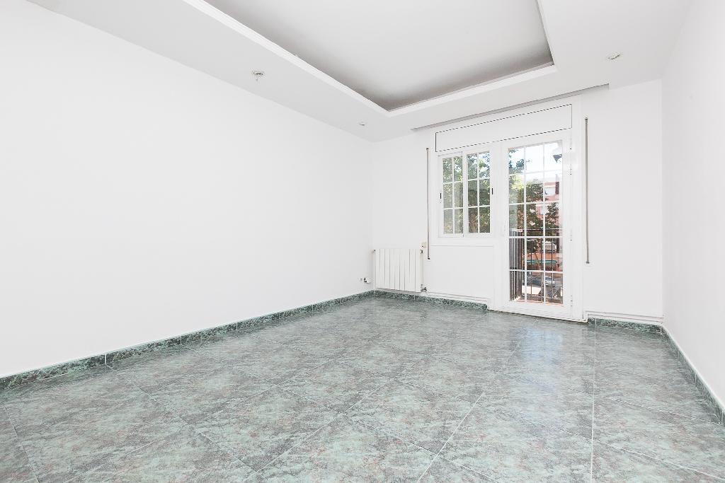 Piso en venta en Sabadell, Barcelona, Paraje Asdrubal, 61.000 €, 3 habitaciones, 1 baño, 64 m2
