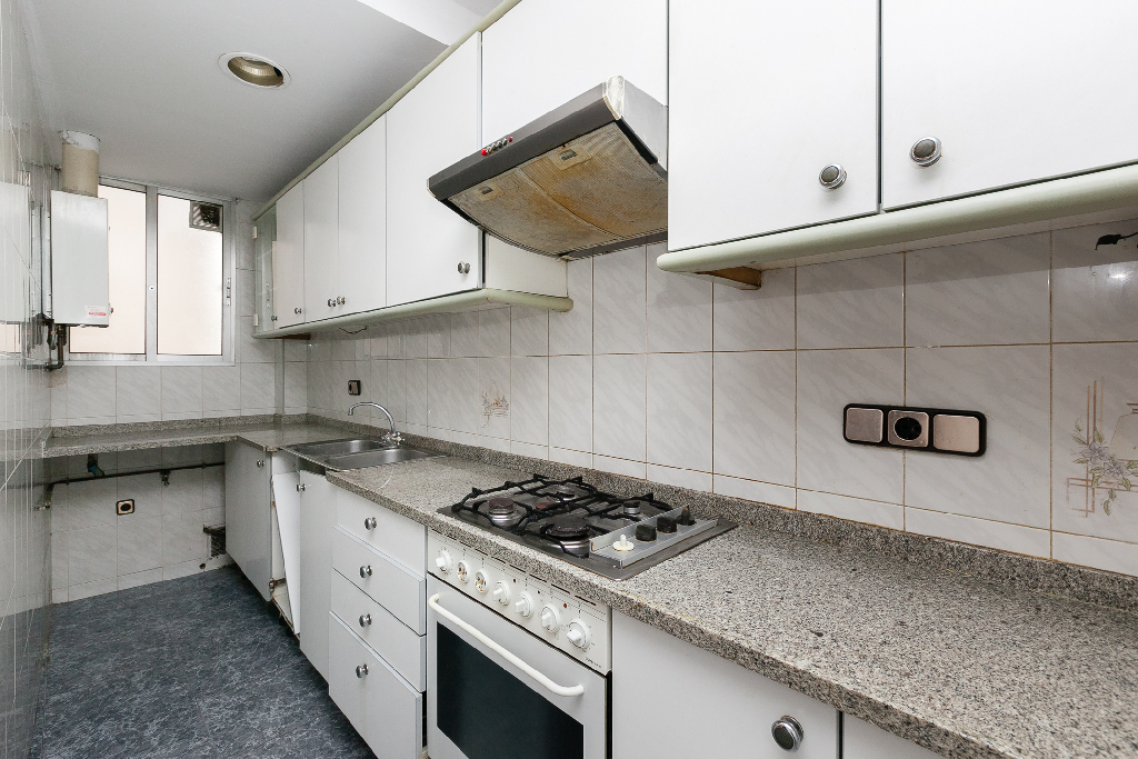 Piso en venta en Sabadell, Barcelona, Calle Santiago Rusiñol, 75.000 €, 2 habitaciones, 1 baño, 58 m2