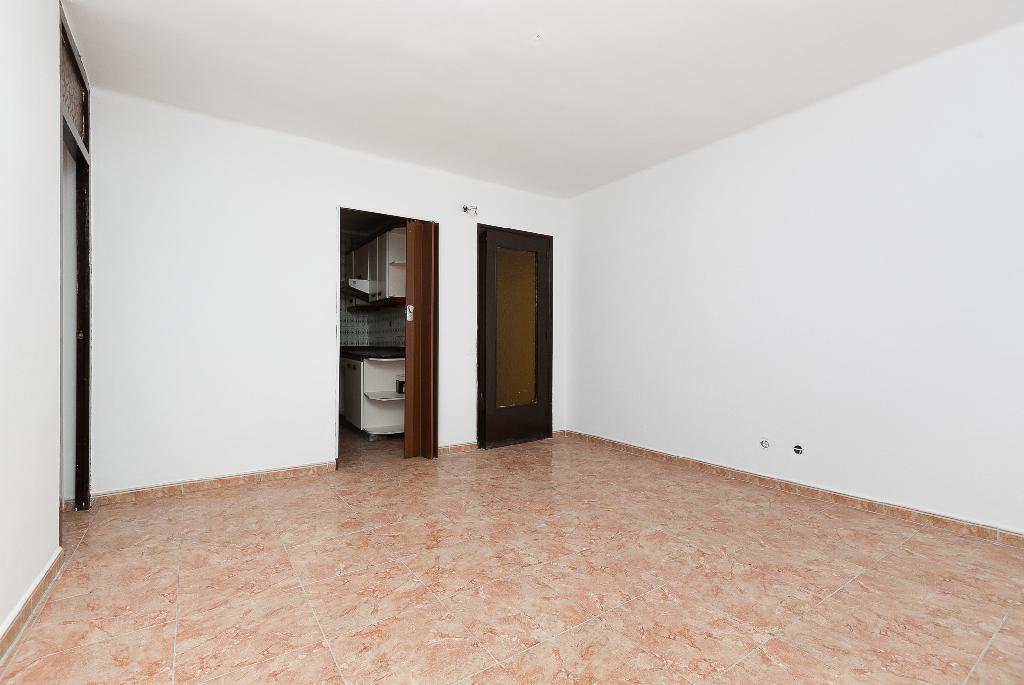 Piso en venta en Terrassa, Barcelona, Paseo Vint-i-dos de Juliol, 67.500 €, 3 habitaciones, 1 baño, 77 m2