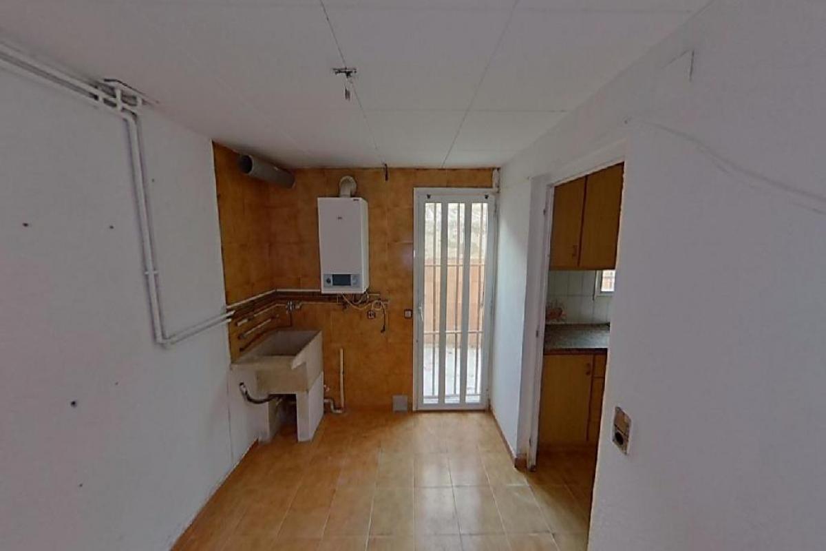 Piso en venta en Olot, Girona, Avenida Nicaragua, 48.000 €, 3 habitaciones, 1 baño, 128 m2
