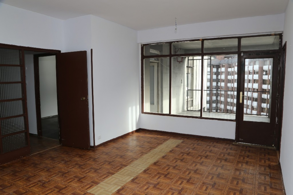 Piso en venta en Centro Y Casco Histórico, Oviedo, Asturias, Plaza Primo de Rivera, 130.000 €, 3 habitaciones, 1 baño, 126 m2