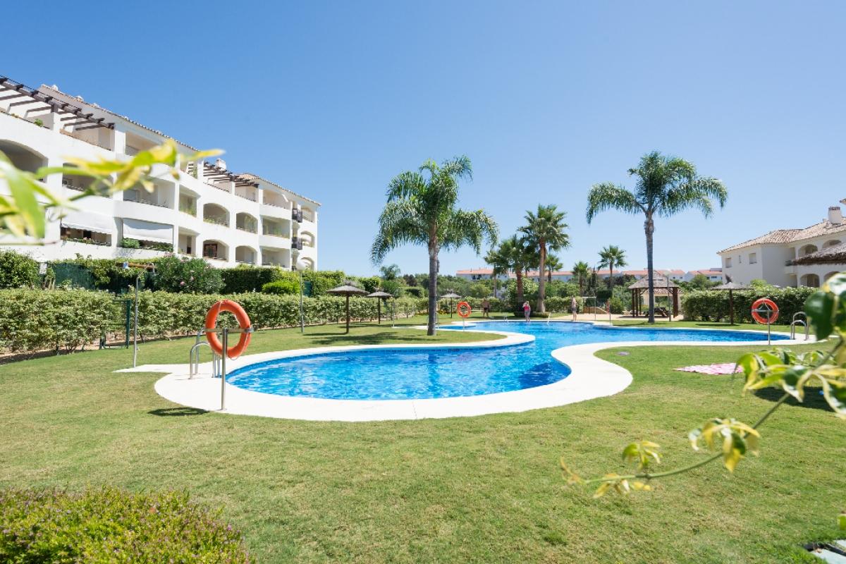 Piso en venta en Estepona, Málaga, Urbanización Sup.tc4 la Joyas, 193.000 €, 2 habitaciones, 2 baños, 118 m2