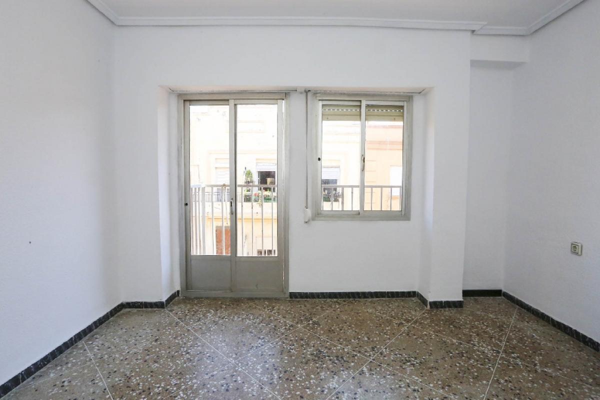 Piso en venta en Quatre Carreres, Valencia, Valencia, Calle San Jacinto Castañeda, 103.500 €, 3 habitaciones, 1 baño, 71 m2