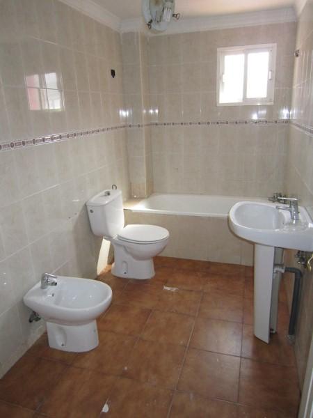 Piso en venta en La Línea de la Concepción, Cádiz, Calle Guadiaro, 73.000 €, 2 habitaciones, 1 baño, 76 m2