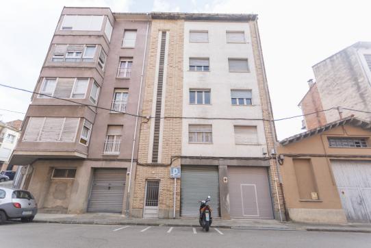 Piso en venta en Can Moca, Olot, Girona, Calle Josep Saderra, 38.710 €, 3 habitaciones, 1 baño, 77 m2