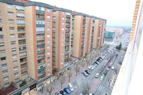 Piso en venta en Barrio de Santiago, Huesca, Huesca, Avenida de los Pirineos, 120.000 €, 4 habitaciones, 1 baño, 106 m2