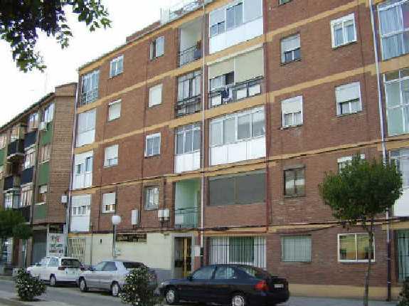Piso en venta en Medina del Campo, Valladolid, Avenida Constitución, 31.100 €, 3 habitaciones, 1 baño, 85 m2