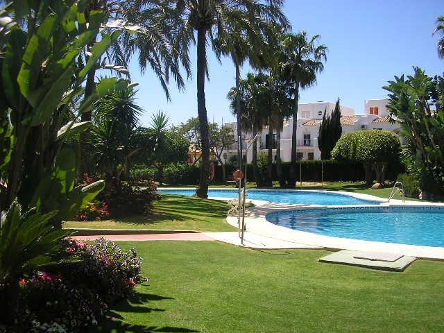 Piso en venta en Nueva Atalaya, Estepona, Málaga, Urbanización Nordic Royal Club, 159.000 €, 2 habitaciones, 2 baños, 105 m2