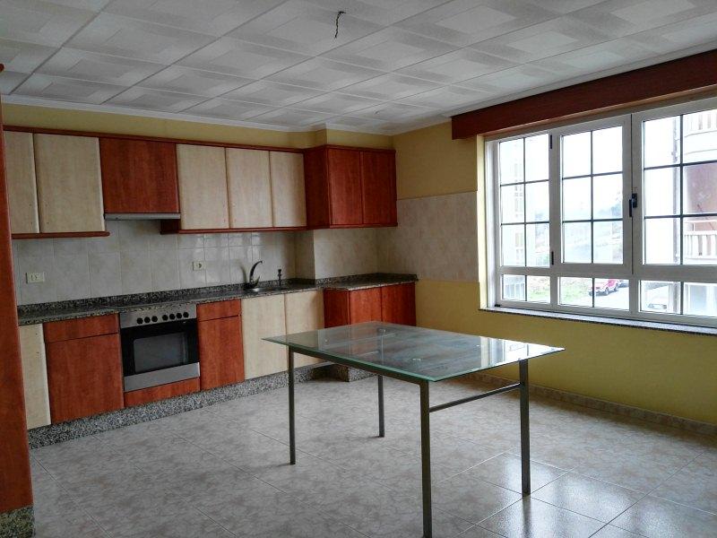 Piso en venta en Carballo, A Coruña, Calle Rua Laracha, 64.000 €, 3 habitaciones, 2 baños, 115 m2